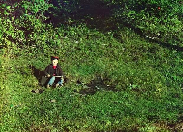 Юный пастух на реке Сим. Фото сделано в 1910 году. (Prokudin-Gorskii Collection/LOC) империя., путешествия, цветное фото