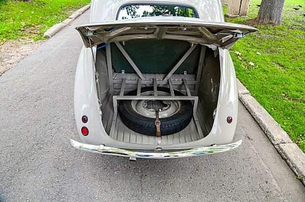 Багажник открывается колечком, оно на полке перед задним стеклом.