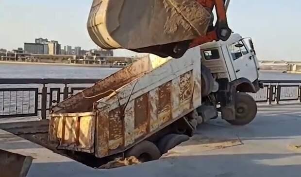 НаКремлевской набережной «Камаз» провалился под бетон