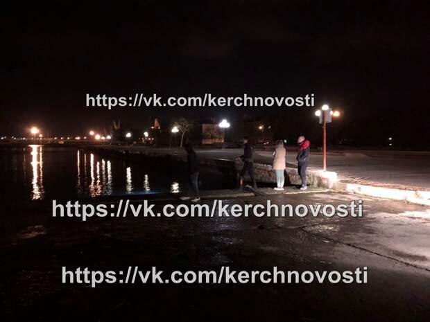 В Керчи с набережной в море съехал автомобиль с людьми