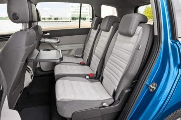 Новый Volkswagen Touran. Во втором ряду – раздельные кресла. Каждое – с индивидуальными регулировками.