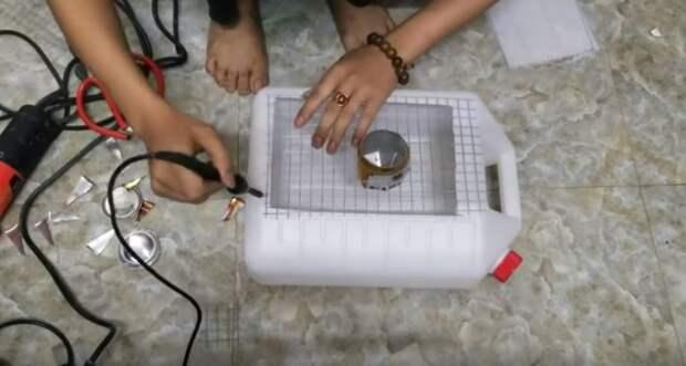 Собираем всю конструкцию. /Фото: youtube.com.