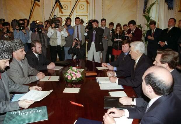 В 90-е годы без Бориса Березовского (на фото справа) не обходилось ни одно важное событие
