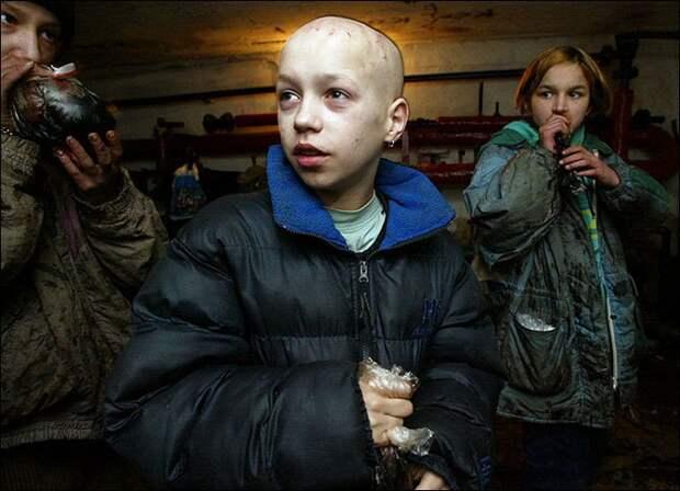 Беспризорники.  Россия, 1990-е.