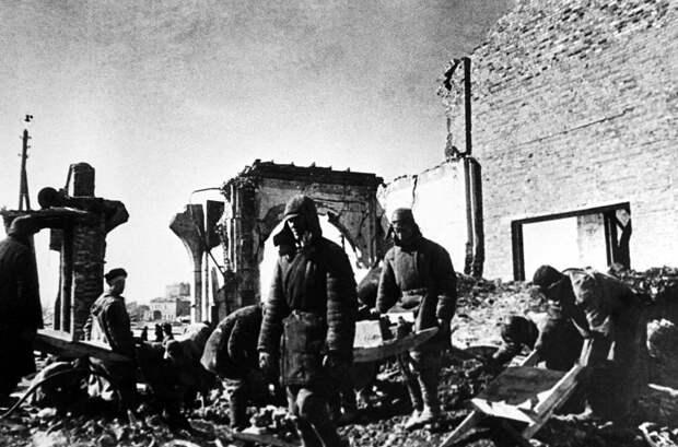 ID: 10632304 Описание: Советский Союз. Курск. Жители города восстанавливают локомотивное депо, 1943 год. Фотохроника ТАСС