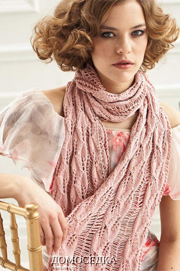 Розовый шарф связан красивым узором из листьев с дорожками из спущенных петель. Для вязания...