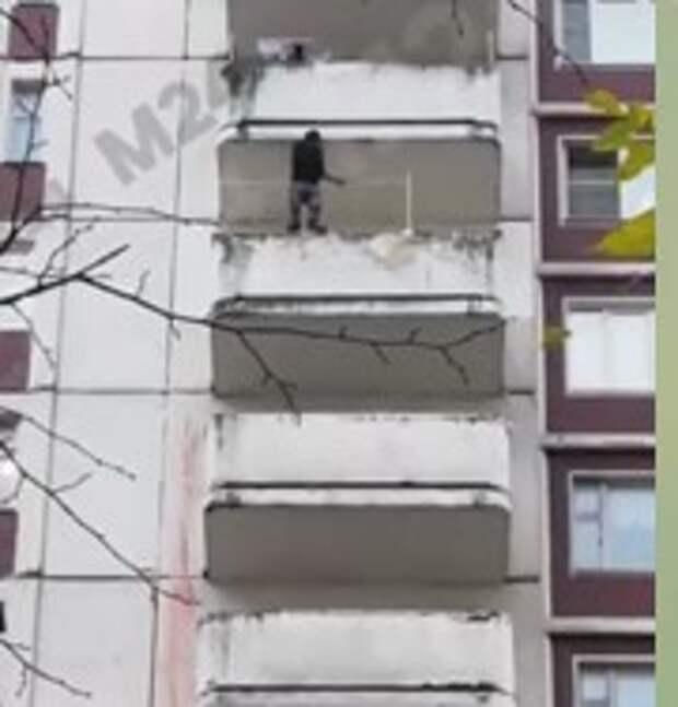 Мужчина попытался спрыгнуть с балкона дома на Таллинской