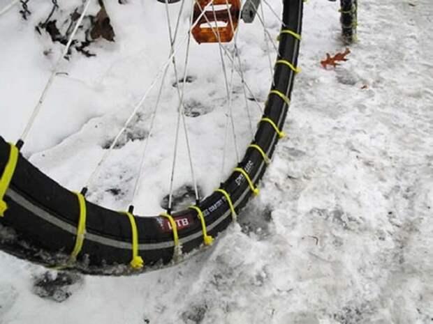 7. Прикрепив кабельные стяжки к шинам велосипеда, можно с легкостью ездить по снегу. зима, совет, хитрости