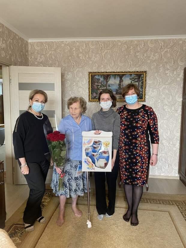 Власти поздравили жительницу Северного с 90-летием и вручили подарки