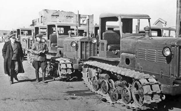 На фото: первая партия тракторов, сошедшая с конвейера Сталинградского тракторного завода имени Ф. Э. Дзержинского, восстановленного после немецкой оккупации во время Великой Отечественной войны. Точная дата съемки не установлена.