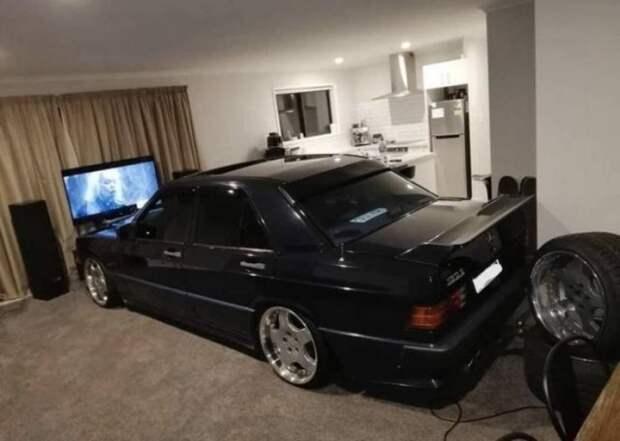 Автомобиль в гостиной