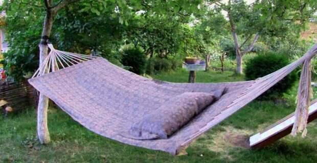 Простой гамак из старого покрывала для любителей отдохнуть на даче