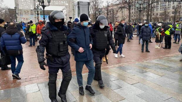 В Москве начались задержания на незаконном митинге в поддержку Навального