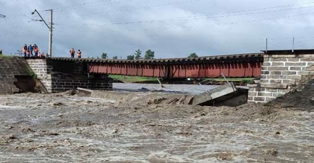 У РЖД рушатся мосты, пока начальник ЗабЖД играет в депутата. Авария на Транссибе ставит на паузу транспортные потоки к восточным портам