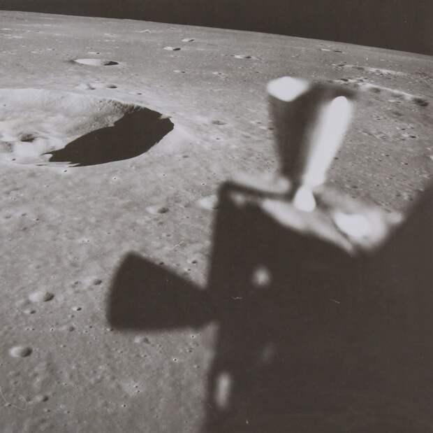 1969. май. Подлет лунного модуля к одному из возможных мест посадки «Аполлона-11».  Вид из окна космического корабля на Кратер Маскелин