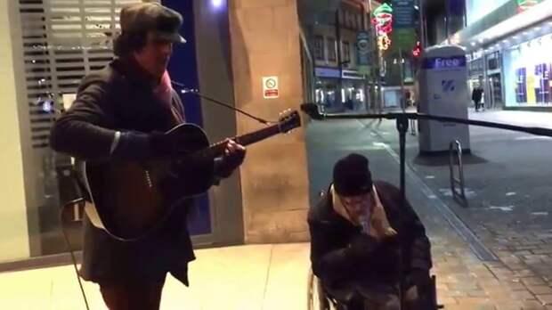 Бездомный, спевший с уличным музыкантом, покорил прохожих и Интернет