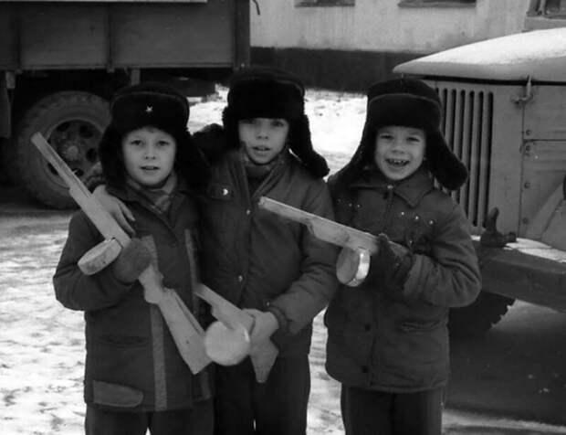Мальчишки просто обожали «стрелялки». И не на компьютере, а «по-настоящему», с самодельными пистолетами и автоматами. Играли обычно за «наших» и «немцев». СССР, история, ностальгия, фотографии