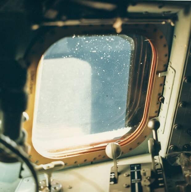 1968. октябрь.  Окно кабины командного модуля «Аполлона-7»