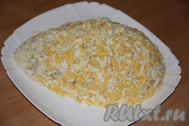 Следующим слоем выкладываем мелко порезанные или натёртые на тёрке яйца, смазываем майонезом.