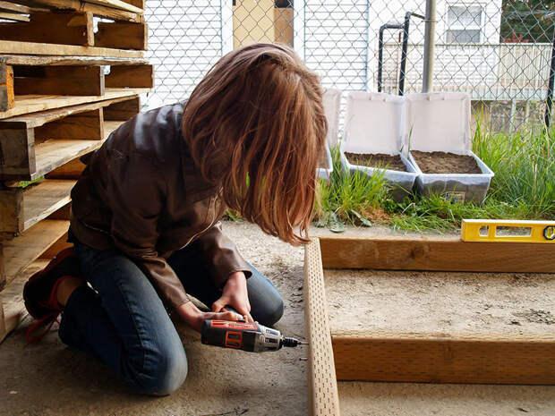 Хейли немного помогают родители, но всю основную работу она выполняет сама  бездомный, девочка, домик, помощь