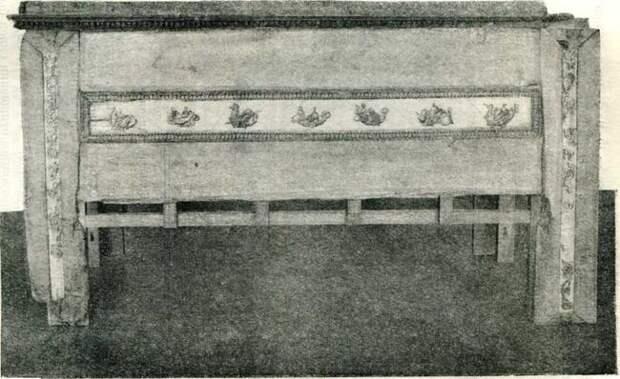 Деревянный саркофаг из Анапы с резными позолоченными украшениями в виде фигурок Нереид. III в. до н. э. (Эрмитаж).
