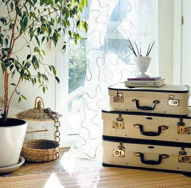 Три чемодана в декоре гостиной