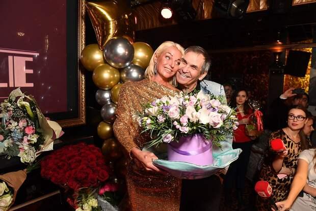 Бари Алибасов вручил Волочковой вазу. Фото: Иван МАКЕЕВ