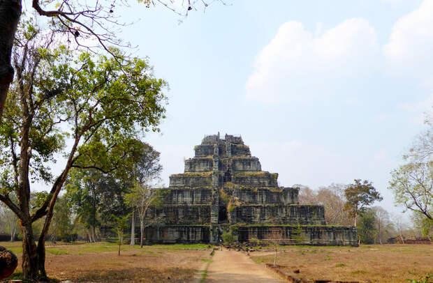 Пирамида смерти Кох Кер: как в Камбодже появилась «мексиканская пирамида»