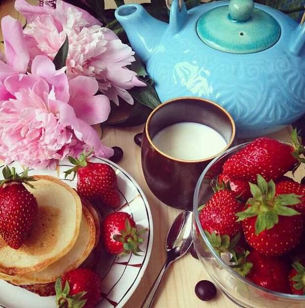 Масала-чай с молоком хорош для тех, кто проголадался. (Сырники на фото для привлечения внимания) Фото: Екатерина СИМОХИНА