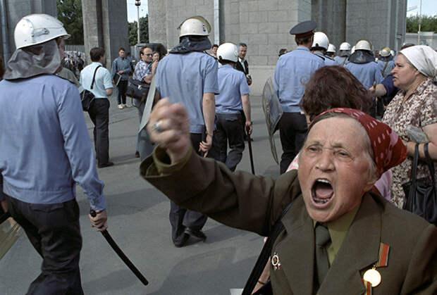 Столкновение ОМОНа и оппозиционных демонстрантов на площади Рижского вокзала