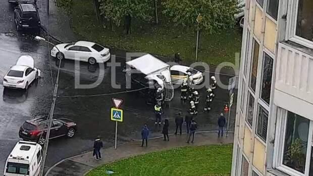 Грузовик перевернулся в ДТП на юге Москвы