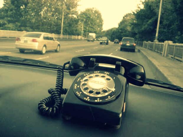 Телефон в машине: как говорить и не отвлекаться от дороги?