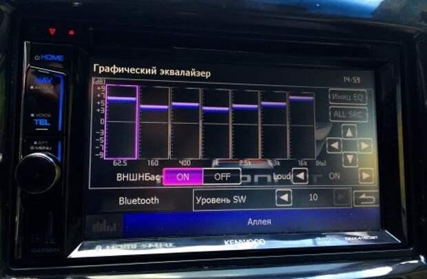Аудиофильская составляющая реализована с японской маниакальностью. В Kenwood DNX4150BTR можно не только подстроить эквалайзер под себя (причем отдельно под каждый источник воспроизведения - радио, USB, Bluetooth и DVD), но и выбрать тип авто и акустической системы. Захотите большего, можете воспользоваться аудиовыходами для подключения более мощной аудиосистемы и сабвуфера (под него есть отдельный канал с регулировкой).