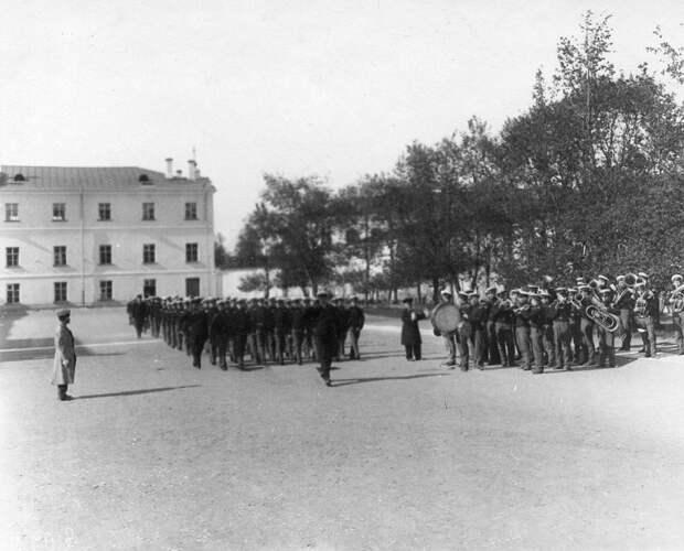 11. Военные занятия на плацу перед зданием института