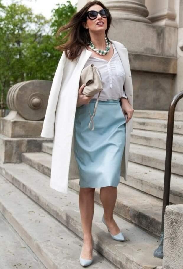 Женственные образы в платьях и юбках на весну для женщин 50+