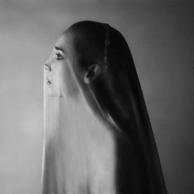 Автопортреты этой девушки путают все мысли в голове