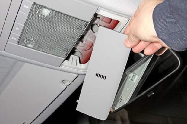 Chevrolet Niva: меняем лампу переднего плафона освещения салона