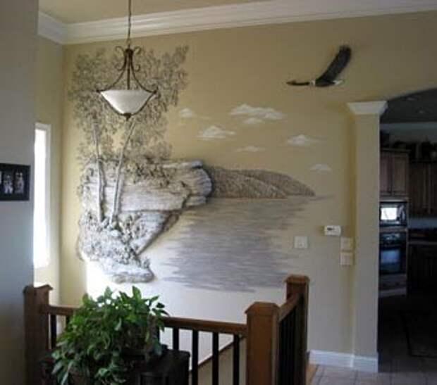 Сочетание монохромных и росписанных деталей в гипсовом декоре стен
