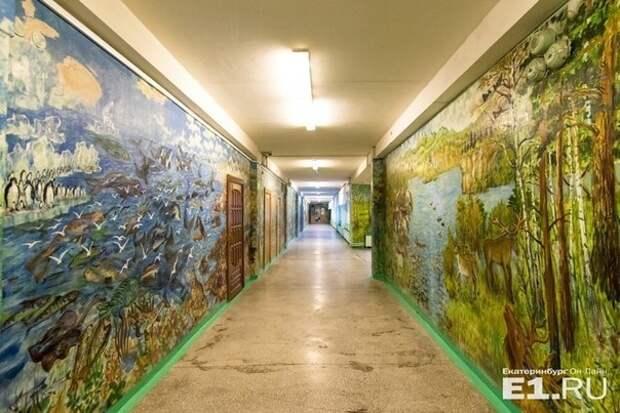 Сторож превратил школьные стены в картинную галерею