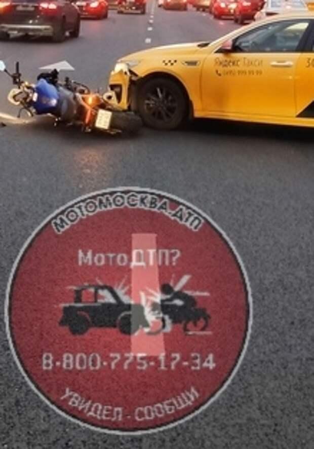 На Ленинградке мотоцикл попал под колеса такси