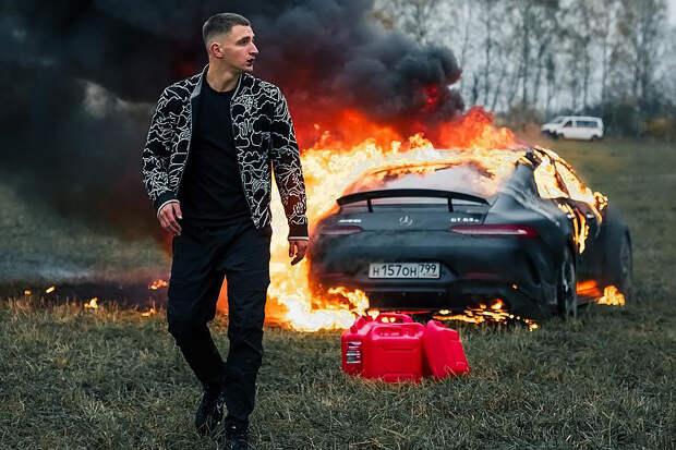 Блогер Литвин влетел в витрину автосалона на Porsche