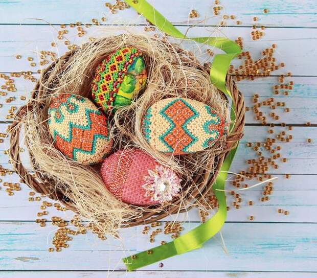 Деревянные пасхальные яйца, оплетенные бисером