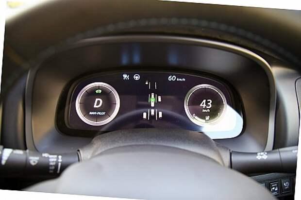 В центре панели приборов – ситуационная картинка: Leaf распознает все автомобили вокруг себя и определяет их положение с точностью до 20 мм. Сейчас мы практически «замурованы»: единственная возможность ускориться – перестроиться влево.