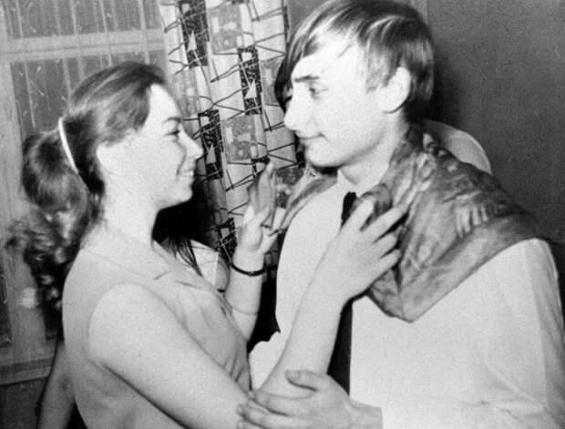 ВЛАДИМИР ПУТИН ТАНЦУЕТ СО СВОЕЙ ОДНОКЛАССНИЦЕЙ ЛЕНОЙ ВО ВРЕМЯ ВЕЧЕРИНКИ В ЛЕНИНГРАДЕ В 1970 ГОДУ