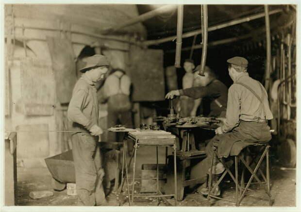 10. Билл — подмастерье на стекольном заводе в Индиане. Получает 80 центов за рабочий день или ночь, так же как и 14 других детей, работающих там же. 1908 год. америка, дети, детский труд, история