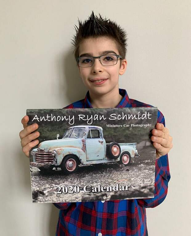 12-летний мальчик с аутизмом зарабатывает на снимках моделек авто