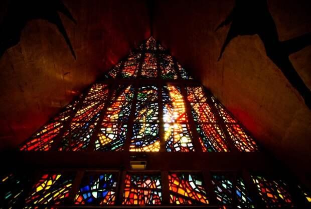 Самый высокий в Латинской Америке католический собор с яркими витражами, придающими внутреннему убранству храма ослепительный свет.