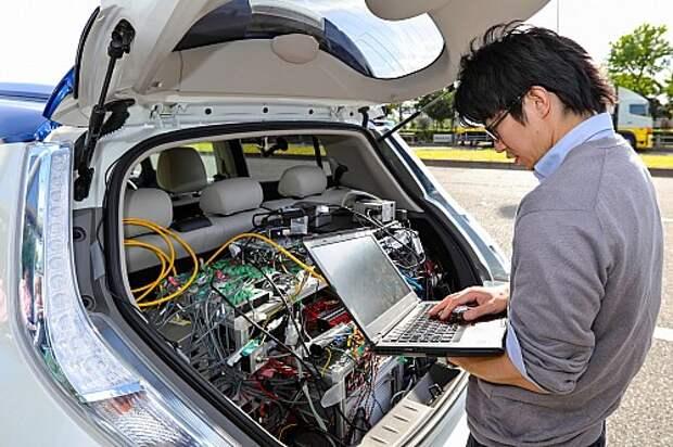 Багажник забит управляющей аппаратурой. После каждого проезда по маршруту системе «чистят мозги». Японцы говорят, что к 2020 году, когда машина пойдет в серию, всю электронику упакуют в блок размером с ноутбук.