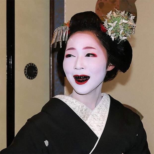 Ходить с чёрными зубами мечтала каждая женщина, ведь так выглядели знатные дамы.