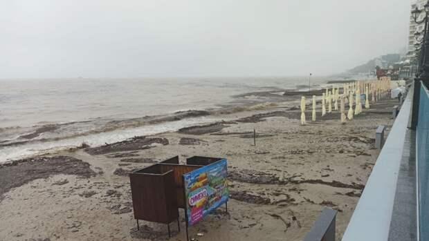 В Ялте расчистили пляжи после наводнения